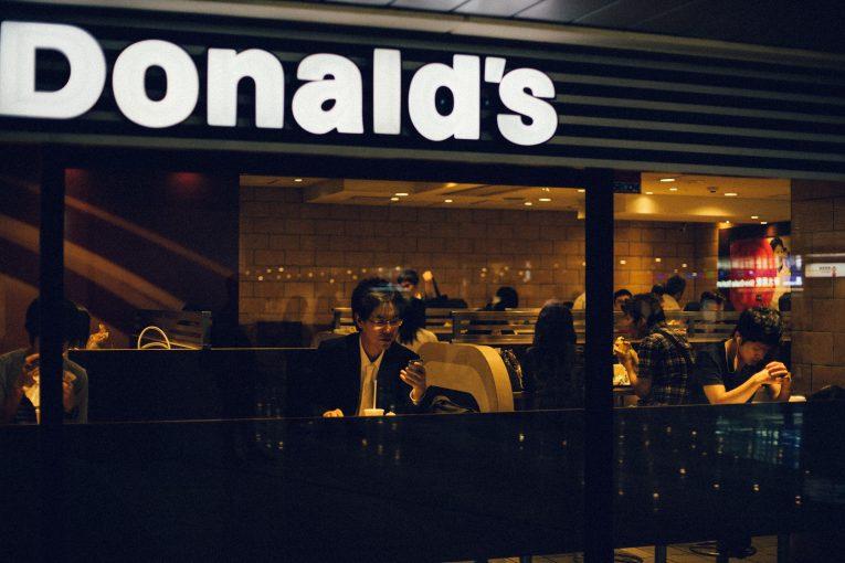 andrew leu  Bnef6W57Cg unsplash 765x510 - McDonalds Jepun Burger Dengan Dakwat Sotong